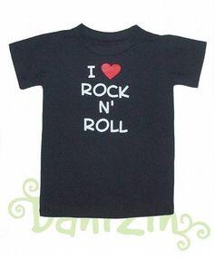 """T- Shirt 100% algodão, modelo manga curta, na cor preta, com estampa """"I LOVE ROCK N' ROLL!"""". <br>Peça para PRONTA ENTREGA!! <br> <br>Este modelo possui 2 botõezinhos no pescoço para facilitar a entrada da cabecinha do neném para os tamanhos P, M e G. <br> <br>Lindo e diferente presente. <br> <br>Tamanhos Disponíveis: <br>- De 0 a 3 meses - tamanho P; <br>- De 4 a 6 meses - tamanho M; <br>- De 6 a 10 meses - tamanho G; <br>- 1 ano; <br>- 2 anos; <br>- 4 anos; <br>- 6 anos; <br>- 8 anos; <br…"""