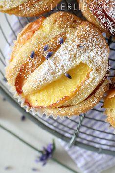 Nektarinen - Muffin 120 g Butter 150 g Zucker Mark einer Vanilleschote 2 Eier 200 g Mehl 1,5 TL Backpulver 2 Esslöffel Sahne in Spalten geschnittene Nektarinen
