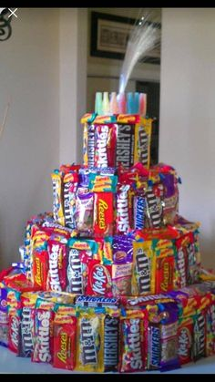 Candy cake…easy and different for kids birthday! Homemade Birthday Gifts, Bff Birthday Gift, Homemade Gifts, Diy Gifts, Kids Birthday Presents, Birthday Crafts, 90th Birthday, Candy Birthday Cakes, Candy Cakes