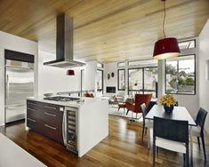 100 Küchen Designs – Möbel, Arbeitsplatten und zahlreiche Einrichtungslösungen - modern-küche-aktuell-design-arbeitsplatten-essbereich-hängelampe-rot