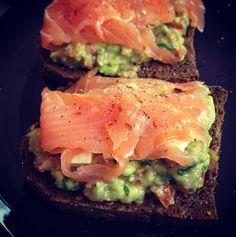 toast saumon sur avocat tomate et fines herbes