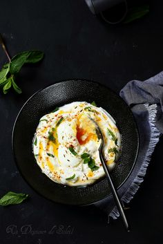 Un dejeuner de soleil: Cilbir, oeufs pochés au yaourt à la turque How To Cook Eggs, What You Eat, Morning Food, Finger Foods, Food Inspiration, Entrees, Meal Prep, Gluten, Cooking