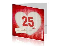 Uitnodiging jubileum 25 jaar label hartje karton. Tijd voor een groot feest! Jullie zijn al weer 25 jaar samen (jaar aanpasbaar) en dat verdient een groot jubileum feest. Een groot rood hart met daarin het getal 25 op de voorkant van de huwelijksjubileum  kaart, die je kan aanpassen naar ieder gewenst jaartal. Met een hippe kartonnen t extuur binnenkant.