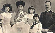 księżniczka Yolanda, królowa Elena, księżniczka Maria [na kolanach matki], księżniczka Mafalda, książę Umberto i król Włoch Wiktor Emmanuel III - rok 1907