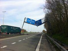 Sur l'autoroute reliant Tournai à Mouscron, un panneau de signalisation a eu à souffrir du passage «inconsidéré» d'un camion-grue qui a littéralement arraché la lourde structure vers 11h, comme en témoigne une photo prise peu après les faits.