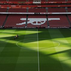 The groundstaff apply the finishing touches at Emirates Stadium ahead of #AFCvAVFC.