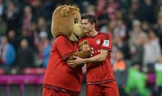 Respect even paid by Berni the Bear. #Lewandowski #BayernMünchen