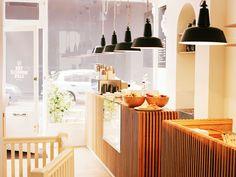 Luminárias e balcão Fonte: Monocle café London