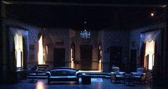 Salaklar sofrası dekoru mavi ışık altında
