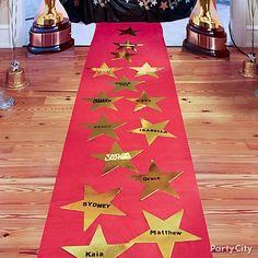 Maak van je rode loper een echte sterrenloper. De rode loper (zonder sterren) bij http://www.heelveelfeest.nl/themafeest/hollywood-feest.html