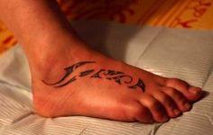 Маленькая татуировка в полинезийском стиле на ступне для девушки