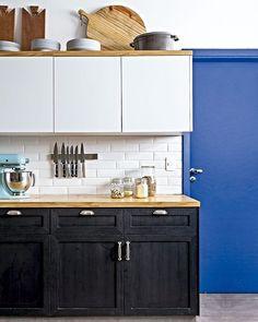 Esta cozinha tem alguns destaques: a porta azul, os armários pretos e o conjunto de facas que fica preso a uma prática placa magnética, que favorece encontrá-las sem perder tempo. #revistacasaclaudia #decor #decoration #decoração #home #house #casa #kitchen #cozinha