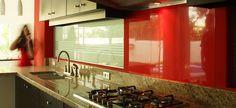 Este es otro angulo de la cocina de Villas V #cuernavaca Los contrastes de acero con granito,  vidrios esmerilados y muebles en chocolate y rojo son muy modernos
