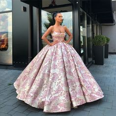 Image may contain: one or more people and people standing Ombre Prom Dresses, Pretty Quinceanera Dresses, Pretty Prom Dresses, Cute Dresses, Ball Gown Dresses, Event Dresses, Dress Up, Ball Gowns Fantasy, Fantasy Dress