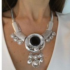 Collar babero medallones de metal y cristal negro