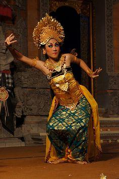 Watching a Legong Dance in Ubud, Bali 16/07/2013