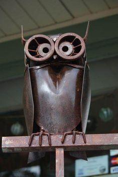 welded owl garden art made from shovel head, junk art Metal Yard Art, Scrap Metal Art, Metal Art Projects, Metal Crafts, Sculpture Metal, Sculpture Ideas, Owl Crafts, Junk Art, Welding Art