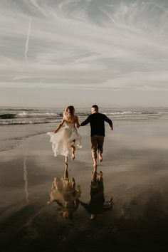 Some happy beach lovin' from thiese newlyweds | Image by Henry Tieu Photography