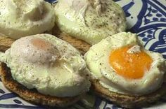 The recipe for poached eggs. Why not make poached eggs for the pe … - Recipes Easy & Healthy Easy Healthy Recipes, Easy Meals, Healthy Food, Loose Weight Food, How To Make A Poached Egg, Zone Diet, Food Decoration, Health Diet, Food Hacks