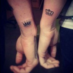 One of the best bonding experience a couple can ever have is to go get tattoos together, it's even better if they get romantically themed tattoos. Here is a gallery of some of our favorite couples tattoos and other romantic ink. Tatoo Henna, Tatoo Art, Get A Tattoo, Card Tattoo, Queen Crown Tattoo, King Queen Tattoo, Crown Tattoo Men, Fingers Tatoo, Small Tattoos