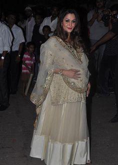 Image from http://teluguone.com/photos/uploads/saif%20and%20kareena%20Events/Saif%20Kareena%20Wedding%20Photos/saif_and_kareena_wedding_photos6.jpg.