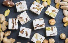 Nougat: doce feito com açúcar e/ou mel, castanhas assadas (amêndoas, nozes, pistache, avelãs, nozes de macadâmia), claras em neve e, às vezes, picado de frutas cristalizadas