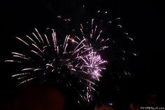 Als eines der Highlights am Montfortfest in Tettnang fand traditionell wieder ein Feuerwerk am Samstagabend statt. Nach einem ersten Probe-Schuss um 22:30 Uhr und etwas Zeit für die Besucher sich auf dem Schlosspark für das kommende Spektakel zu positionieren, begann das imposante Feuerwerk drei Minuten später und dauerte rund 20 Minuten. Nachfolgend einige Impressionen desRead More