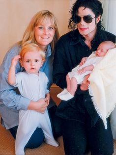 Michael Jackson and Debbie Rowe with their son Prince Michael (age and their daughter Paris in Jackson Life, Jackson Music, Jackson Family, Jackson 5, Michael Jackson Photoshoot, Michael Jackson Pics, Familia Jackson, Mj Kids, Indiana