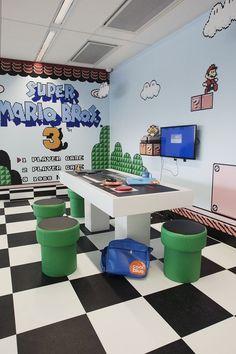 Decoração retrô em sala de jogos: dicas e inspirações para sua casa Nerd Room, Gamer Room, Sala Nerd, Nintendo Room, Super Nintendo, Nintendo Consoles, Video Game Rooms, Video Games, Game Themes