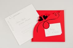 Partecipazione realizzata su carta vellutata rosso con due cuori rossi a caldo sul davanti e cartoncino interno color bianco liscio ed invito sempre su carta liscia e cuori in perla.