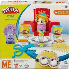 Mit der Minions Friseurfabrik gestalten alle Fans der witzig-gelben Wesen lustige Frisuren für ihre Play-Doh Minions. <br /> <br /> Ob Wuschelfrisur, Regenbogen-Schopf oder Hut auf dem Kopf - mit der Friseurfabrik kommen alle Minions ganz groß raus. <br /> Inklusive 4 Dosen Play-Doh mit je 56g Inhalt in den Farben Gelb, Orange, Lila und Türkis.<br /> <br /> + Die Knetmasse nach dem Spielen immer in die Dose zurücklegen und verschließen. N...