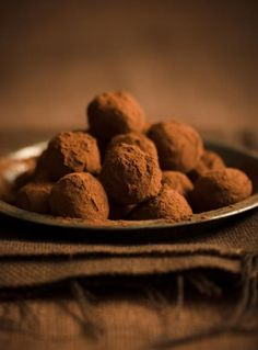 Chocolate truffles are all the rage right now and easier to make than you think! Here are 15 of the yummiest chocolate truffle recipes to make for dessert… Oreo Truffles Recipe, Homemade Truffles, Coconut Truffles, Truffle Recipe, Homemade Chocolate, Chocolate Recipes, Fudge Recipes, Bad Sugar, White Chocolate Truffles