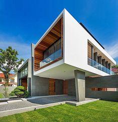"""Auf den ersten Blick sieht das """"Mimosa House"""" aus wie eine ungelenke Anordnung von Baustoffen. Der Zaun und ein Teil der Außenverkleidung sind aus Holz, der riesige Eingangsbereich aus grauem Stein, das Dach aus Stahl, überall ist eine Menge Glas, und ein"""