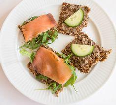 Hjemmelaget knekkebrød med rosmarin og timian Korn, Tuna, Paleo Recipes, Avocado Toast, Food Inspiration, Protein, Gluten, Fish, Meat