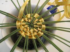 Prendre 34 brins de lavande. 2,10m de ruban de 0,5cm le large 15cm de ficelle de cuisine et une bobine de fil. Rassembler les tiges de lavande, les débarasser des petites fleurs et feuilles du bas et intermédiaire. Les nouer au bas des fleurs avec la...