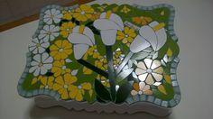 Caixa de chá com lindo mosaico floral... Copos de leite. By Sueli Cemin