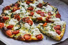Zucchini-Frittata_1     2 Zucchini     15 Kirschtomaten     5 Eier     70 ml Milch     25 g Parmesan, gerieben     2 EL Schnittlauch, fein gehackt     3 gehäufte EL Ricotta     2 EL Olivenöl     ½ TL Salz
