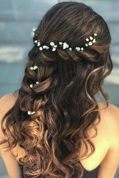 Prom hair styles are semi-formal to formal hairstyles that are appropriate for the occasion. Such hairstyles can be done on any hair length and texture. Now let's pick a hairstyle for prom that will flatter you perfectly. Grad Hairstyles, Semi Formal Hairstyles, Quince Hairstyles, Night Hairstyles, Prom Hairstyles For Long Hair, Wedding Hairstyles Half Up Half Down, Wedding Hair Down, Wedding Hair Flowers, Homecoming Hairstyles
