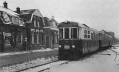 Rotterdam - Dordtsestraatweg. Motorrijtuig 1602 (Reiger), alle rode motorwagens bij de RTM hadden namen. De tram is zojuist vertrokken van de halte Dordtsestraatweg en is op weg naar Goudswaard (via Oud Beijerland). Er waren ook verbindingen met Strijen en met Numansdorp en Zuid beijerland. De datum is 26 februari 1956