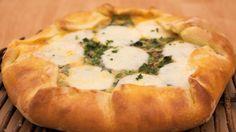 פשטידת עגבניות, מוצרלה ועשבי תיבול, המשלבת בצק שמרים עסיסי עם מלית בניחוח איטלקי וטעים