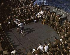 'Soldados británicos viendo un combate de boxeo en un barco de escuadrones de Inglaterra al Norte de África' (1943), de Robert Capa.