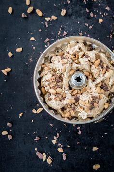 Gesalzenes Erdnusseis mit Schokolade und Karamell | Schmecktwohl