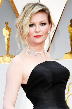 Kirsten Dunst Classic Hollywood Glam Oscar 2017 • make clássica • beleza para festa • batom cereja • olhos esfumados • cílios poderosos