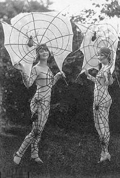 Enjoy looking at Vintage Halloween Costumes. This pic has inspired me to make some fun Halloween Earrings! Retro Halloween, 1920s Halloween Costume, Halloween Fotos, Halloween Spider, Happy Halloween, Halloween Clothes, Halloween 2013, Homemade Halloween, Halloween Pictures