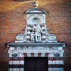 #Façade #église #SaintExupère #Toulouse #fronton #portail : saint Joseph (vocable originel de l'église) & l'Enfant Jésus de Gervais #Drouet (1658). #Baroque XVIIe s.  #ByToulouse #VisitezToulouse #We_Toulouse #igerstoulouse #tourismemidipy #Patrimoine #architecture #instarchitecture #architectureporn #architecturelovers #trésorspatrimoine #church #GervaisDrouet #sculpture #carving #statue