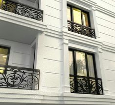 love the railings Classic House Exterior, Classic House Design, Modern Exterior House Designs, Dream House Exterior, Modern House Plans, Modern House Design, House Balcony Design, House Front Design, Neoclassical Architecture