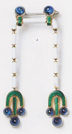 Brooch designed by Charles Jacqueau, Cartier Paris, circa 1913. Platinum pin: central bar with two cabochon sapphires and two chains formed of white enamelled links ending in green enamelled pendants, each with three cabochon sapphires. Image source: Cartier #Cartier #CharlesJacqueau #ArtDeco #brooch