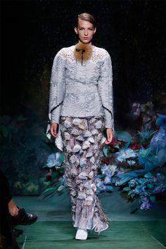 Fendi Alta Costura Otoño-Invierno 2017-2018 💎💎 Es como sumergirse en un cuento lleno de belleza, flores y colores. Acostumbrados a que las colecciones de otoño-invierno están presentadas en colores oscuros y apagados, Fendi nos sorprende con colores vivos y veraniegos. Porque el invierno no tiene por que ser aburrido. #desfile #altacostura #semanadelamoda #paris #blog #fashion #fashionblog #collection #luxury #style #designer #design #details #hautecouture #fashionweek #fendi…