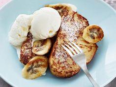 Kookos-banaaniritarit  8 pullaviipaletta  1 kananmuna  2 dl kookosmaitoa  3 rkl vettä  1 tl vaniljasokeria  Paistamiseen  voita  Lisäksi  2 banaania  1,5 rkl fariinisokeria  0,5 tl kanelia  1 rkl voita  Anna pullaviipaleiden kuivahtaa / paahda kevyesti. Sekoita kananmuna, kookosmaito, vesi, vaniljasokeri; kasta pullaviipaleet. Paista ruskeiksi. Viipaloi banaanit. Sekoita fariinisokeri ja kaneli, lisää banaanit. Sekoita. Paista banaanit rasvanokareessa kullanruskeiksi. Tarjoile jäätelön…