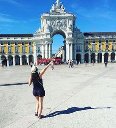 Encerrando a chuva de fotos de Portugal por aqui. Pra isso escolhi uma foto com a felicidade de um viajante que chega pela primeira vez em um lugar novo!!!    #portugal #lisboa #praçadocomércio #europa #eurotrip #viagem #destinos #turismo #turistando #missãoVT #missaoVT #viagemeturismo #trippics #wanderlust #destinoslindos #bbctravel #thegoldlist #travelawesome #worldplaces #awesome_photographers #awesomedreamplaces #doyoutravel #bestplacestogo #destinoslindos #vocenomundo…